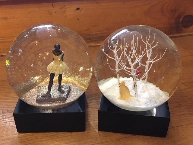 De belles boules à neige très classes sur le bureau
